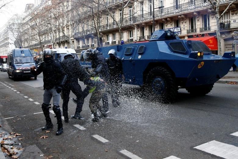 فرانسه در آستانه جنگ داخلی است
