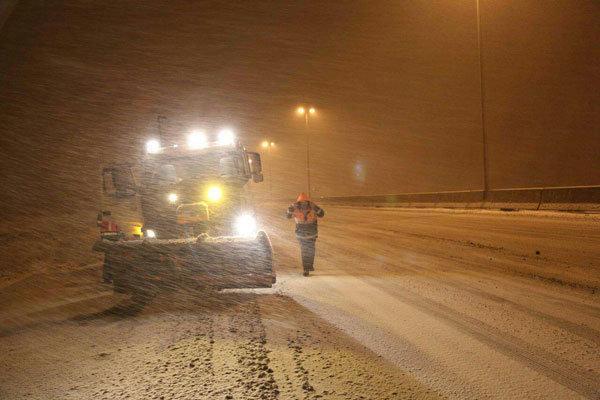 برف روبی و نمک پاشی 30 خودروی راهداری در محورهای شرق تهران
