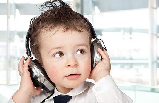 شایع ترین علل کاهش شنوایی بچه ها ، آسیب های هندزفری بی سیم